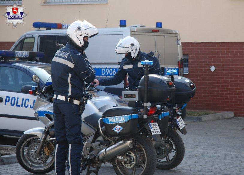 Policjanci eskortowali samochód z rodzącą kobietą. Na świat przyszły bliźnięta