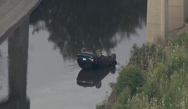 Kierowca stracił kontorolę nad autem i wpadł do jeziorka przy I-90