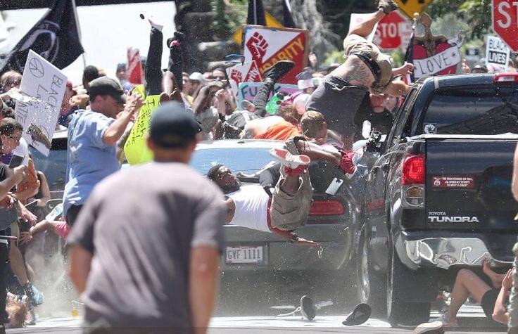 Szaleniec wjechał w protestujących w Charlottesville