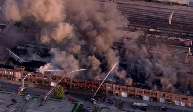 Spłonęła opuszczona fabryka w dzielnicy Belmont Cragin