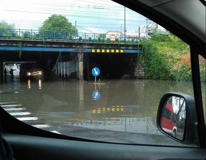 Burza nad Krakowem, zalane drogi i przejazdy