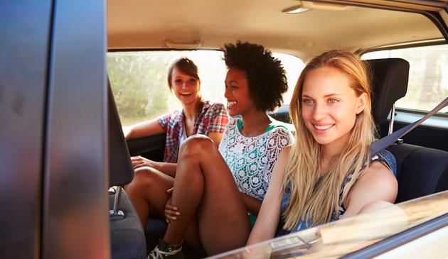 Pasażerowie podróżujący samochodami z tyłu nie zapinają pasów bezpieczeństwa