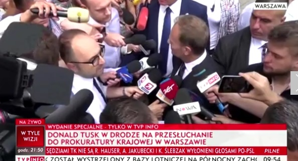 """Tusk w drodze do Prokuratury: """"Będę przesłuchiwany w sprawie smoleńskiej i myślę, że to jest sprawa, z którą muszę się uporać"""""""