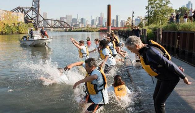 Politycy zapewniają: Rzeka Chicago jest czysta i można się w niej kąpać