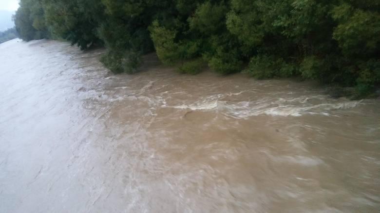 Francja: Dwie ofiary śmiertelne, tysiące domów bez prądu i powodzie