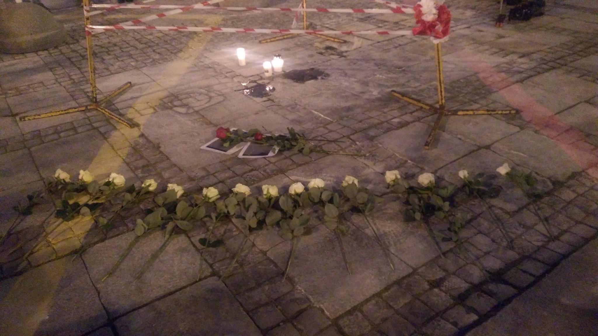 Warszawa: Mężczyzna podpalił się przed Pałacem Kultury i Nauki