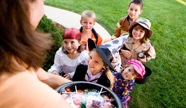 Niektóre stany wprowadziły surowe kary dla dzieci za zbieranie cukierków w Halloween