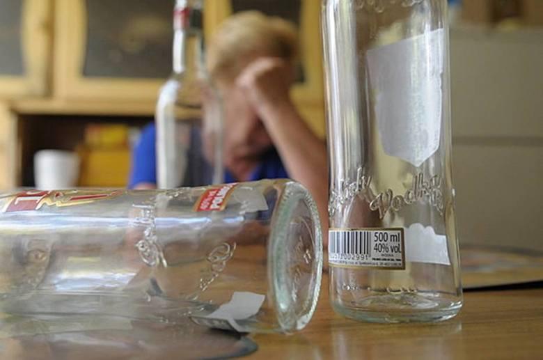 Dolnośląskie: Pijana matka leżała na trawniku, a po dzieci przyszedł ojciec. Też pijany