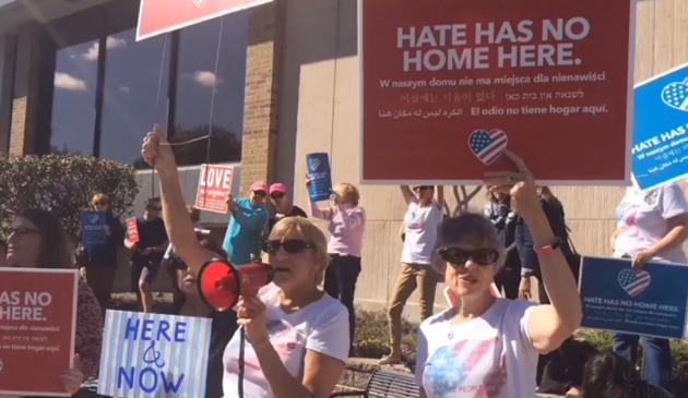 Protest imigrantów przed biblioteką publiczną Arlington Heights