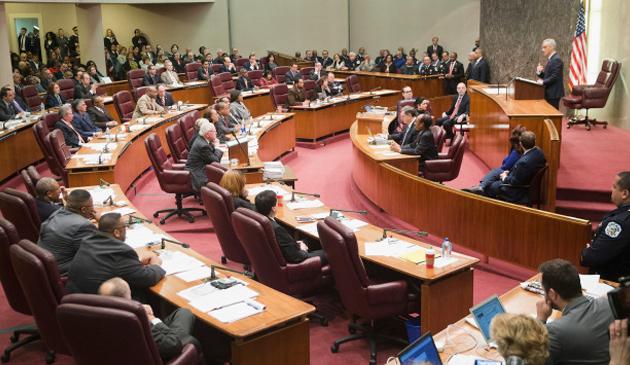 """Rada Miasta Chicago zatwierdziła rozporządzenie """"Hands Off Pants On"""""""