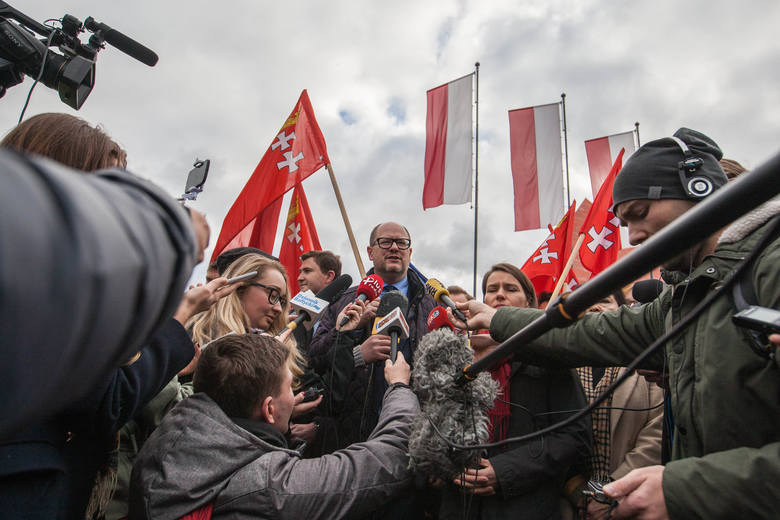 Przed Muzeum II Wojny Światowej. Awantura o gdańskie i unijne flagi