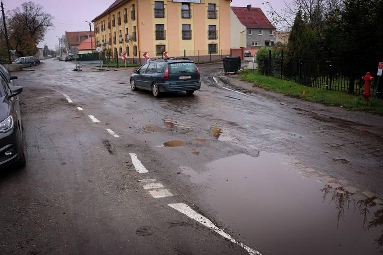 Pod Wrocławiem drogowcy namalowali nowe pasy na błocie i wodzie. Bo asfaltu nie znaleźli