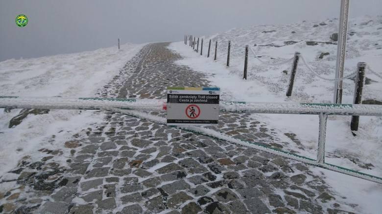 Dużo śniegu w Karkonoszach. Zamknięta droga na Śnieżkę
