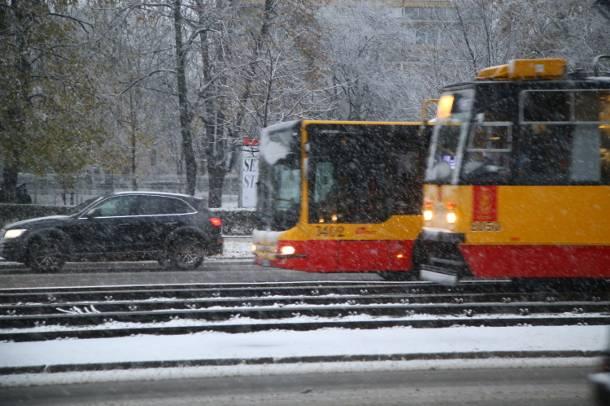 Śnieg w Warszawie. Gigantyczne korki. Posypywarki na drogach!