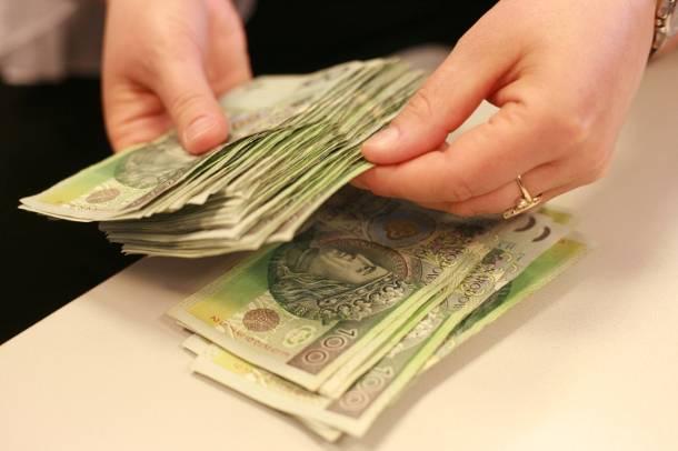 Chciał mu oddać 30 tys. zł długu, 83-latek zadzwonił na… policję