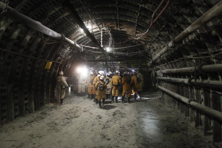 Trzech górników jest wciąż uwięzionych w podziemiach kopalni Zofiówka