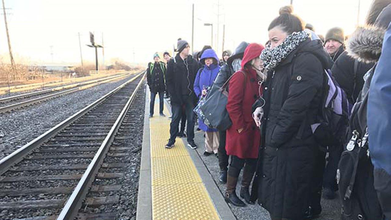 Setki ludzi na mrozie czekały na pociągi Metry