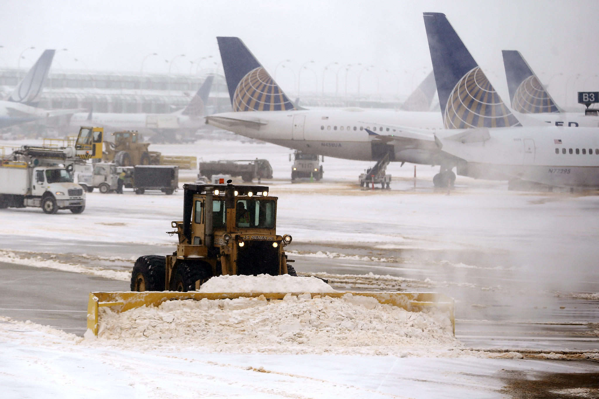 Silny wiatr i opady śniegu powodem odwołania prawie 150 lotów z Chicago
