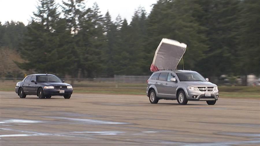AAA ostrzega kierowców w Illinois przed spadającymi przedmiotami z samochodów