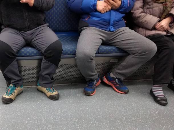 Mężczyznom nie wolno rozkraczać się w komunikacji miejskiej. Jest oficjalny zakaz