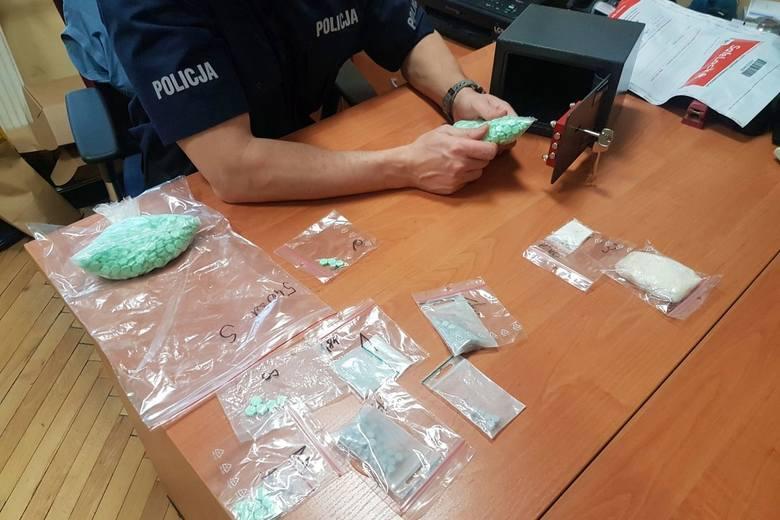 Jędrzejów. Ukryli narkotyki w lodówce i drukarce komputerowej. Trzej mężczyźni w rękach policjantów