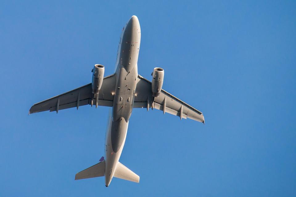 Odór w samolocie American Airlines, 4 osoby trfiły do szpitala