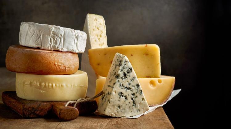 Nowe ustalenia naukowców: Jedzenie sera zmniejsza ryzyko chorób serca