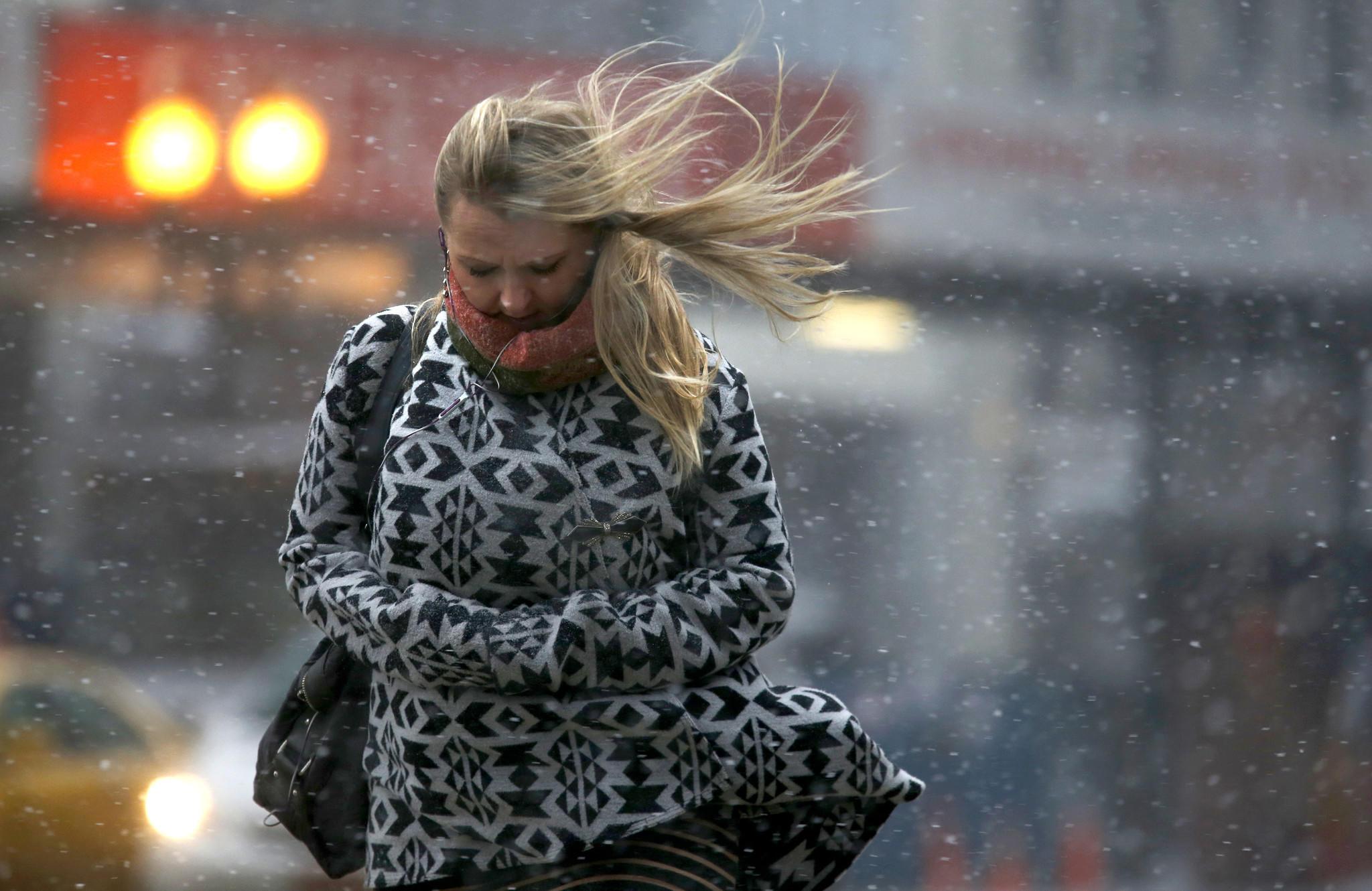 Porywisty wiatr daje się we znaki mieszkańcom Chicago