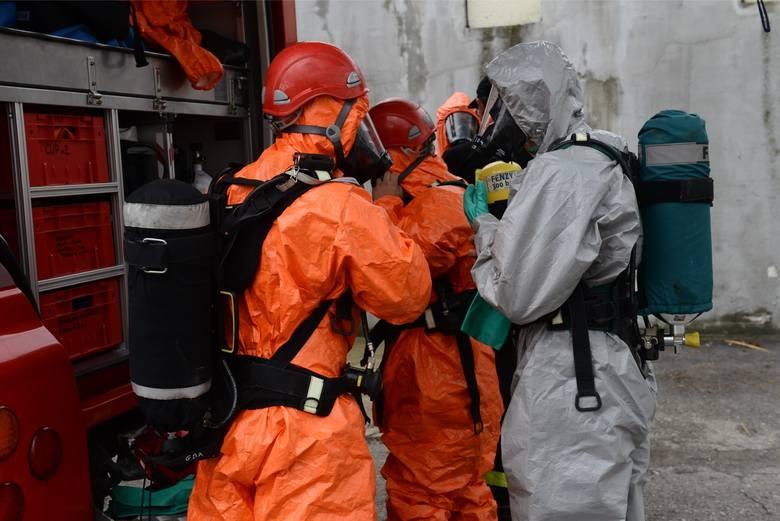 Wyciek niebezpiecznych substancji w Siemianowicach. Strażacy znaleźli 57 beczek w bazie paliw
