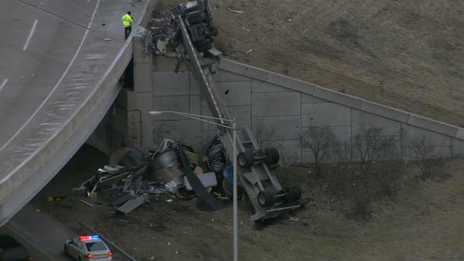 Ciężarówka spadła z rampy na I-355. Kierowca nie żyje