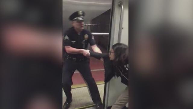 Pasażerka metra nie chciała zdjąć nóg z siedzenia, policjant siłą usunął ją z pociągu (wideo)