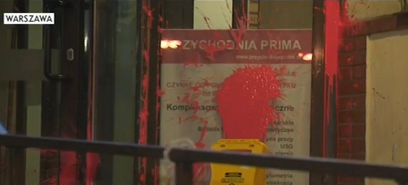 Warszawa: Siedziba PiS obrzucona balonikami z farbą