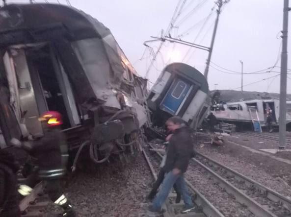 Włochy: Liczba ofiar śmiertelnych katastrofy kolejowej pod Mediolanem wzrosła do czterech
