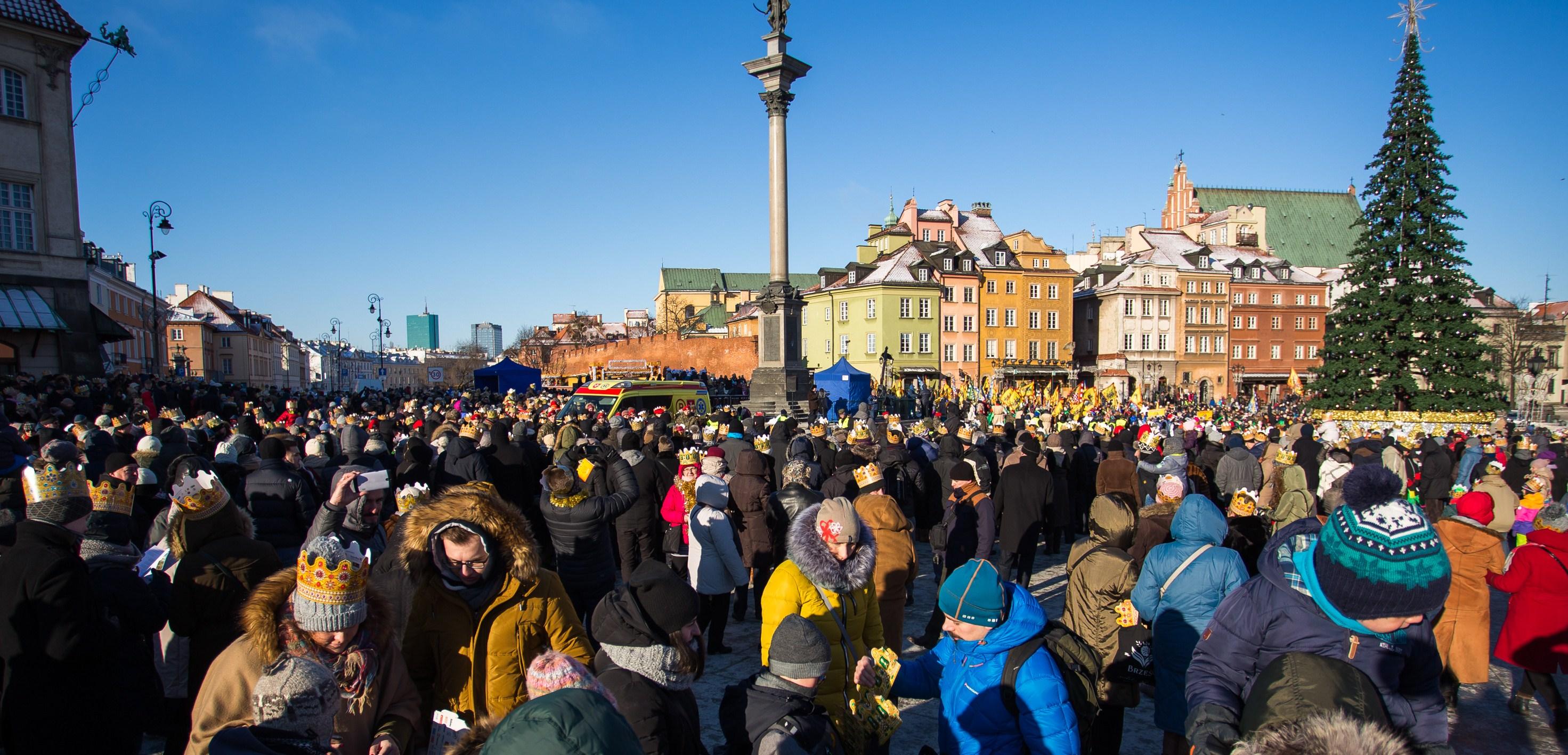 Orszak Trzech Króli w Warszawie. Traktem Królewskim szło tysiące ludzi