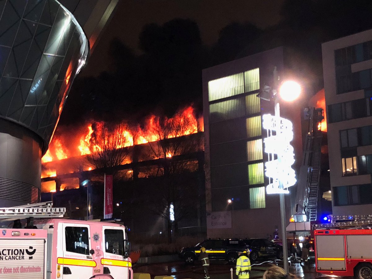 Wielka Brytania: Groźny pożar wielopoziomowego parkingu dla samochodów w Liverpoolu