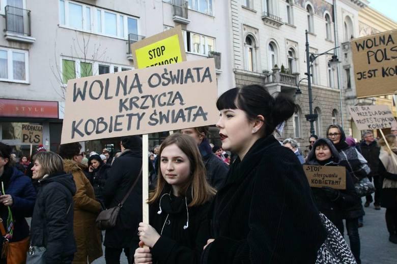 Łódź: Protesty przed siedzibami PiS w związku z próbami zaostrzenia prawa aborcyjnego
