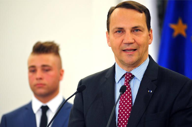 Były szef MSZ słono zapłaci za korzystanie z komórki w Szwajcarii. Radosław Sikorski poskarżył się na Twitterze