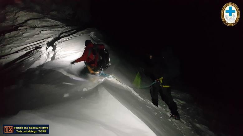 Tatry: Nocna akcja ratowników TOPR na Suchych Czubach. Pomagali dwójce turystów