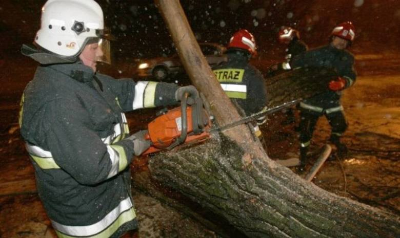 Silny wiatr w Beskidach. Zerwana trakcja, zatarasowane drogi. Powalone przez orkan drzewa utrudniły komunikację