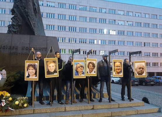 Katowicka prokuratura przesłuchała europosłów, których podobizny zawisły na szubienicach