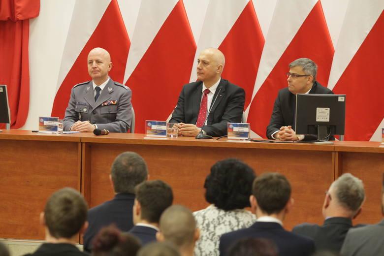 """Szef MSWiA Joachim Brudziński do przyszłych policjantów: """"Nie potkniecie się, to media nie będą się wami interesowały"""""""