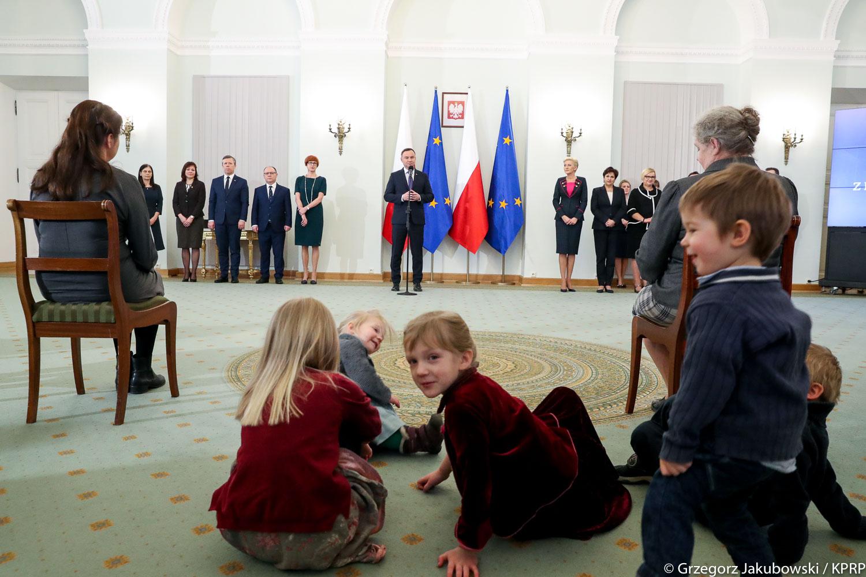Prezydent wręczył odznaczenia matkom, które urodziły od ośmiorga do… szesnaściorga dzieci!