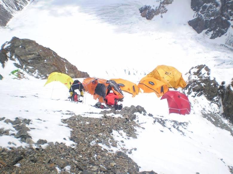 Wyprawa na K2. Polscy himalaiści idą innym szlakiem. Odstraszyły ich kamienie i lawiny