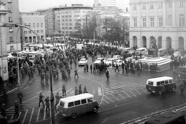 """Marzec '68. """"Na zlecenie Moskwy aparat komunistyczny podjął decyzję o wyrzuceniu z Polski około 20 tysięcy osób pochodzenia żydowskiego"""""""