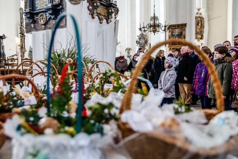Święconka. Wielka Sobota to dzień święcenia pokarmów, spożywanych w Niedzielę Wielkanocną