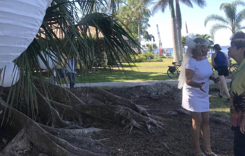 Kobieta z Florydy poślubiła drzewo. Chce je uratować przed wycinką