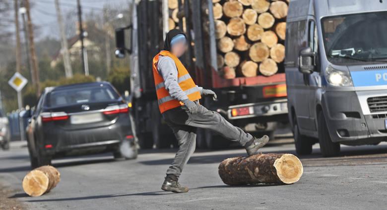 O krok od tragedii w Zielonej Górze. Z jadącej ciężarówki spadły drewniane bele
