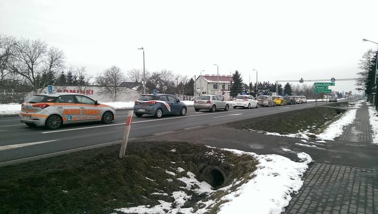 Kierowca z Rzeszowa: Samochody nauki jazdy utrudniają ruch na drodze. Jazda za nimi to koszmar