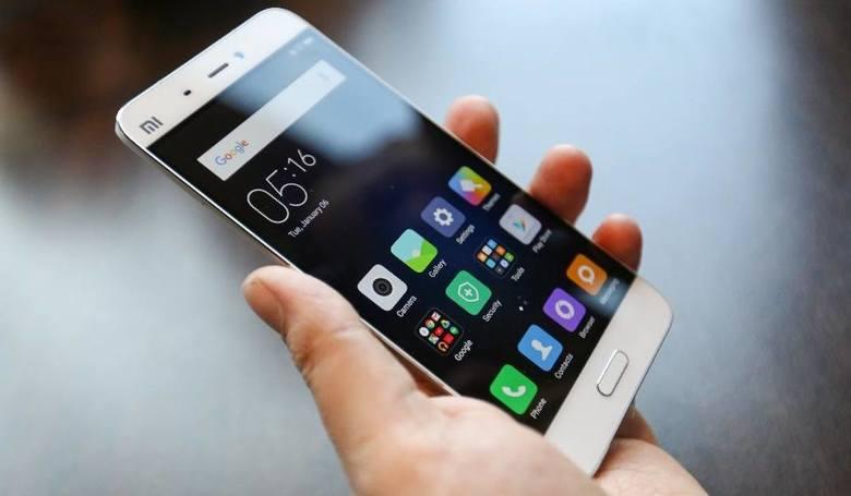 Nastolatki korzystają ze smartfonów średnio 4 godziny i 12 minut dziennie
