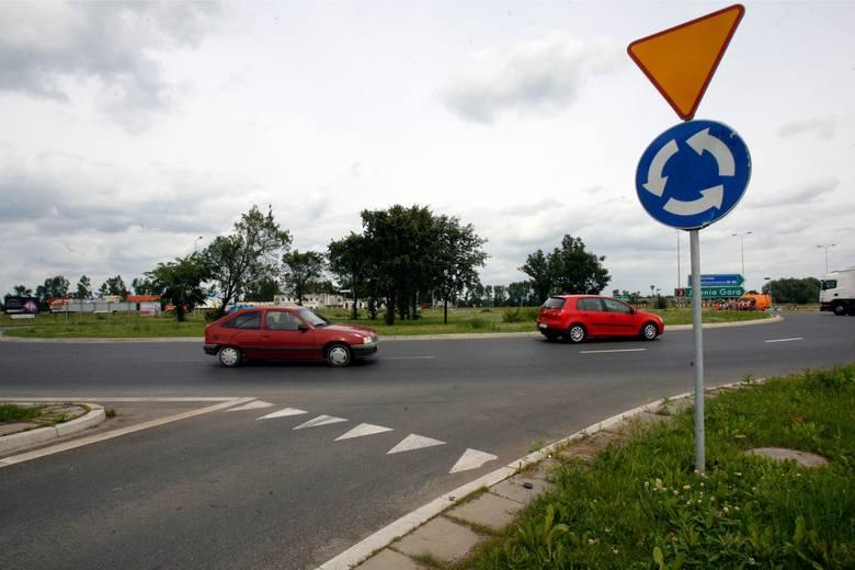 Czy wjeżdżając na rondo trzeba wrzucić kierunkowskaz? Jak prawidłowo jeździć po rondzie? Jest wyrok sądu